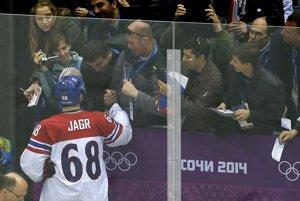 Po výhre nad Lotyšskom sa s fanúšikmi teší Jaromír Jágr.