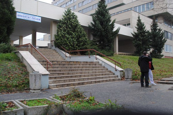 Fakultná nemocnica. Sanitka doviezla zraneného muža na úrazovú chirurgiu.