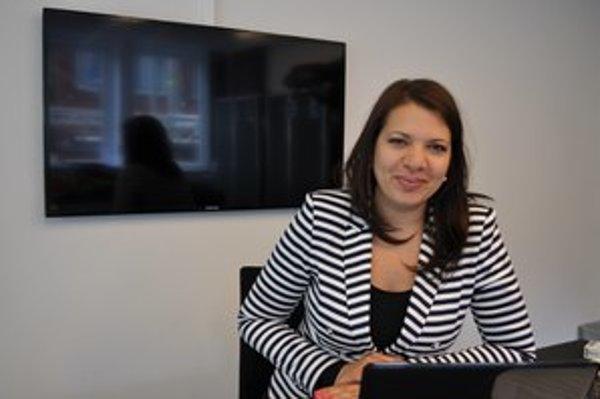 Rita Izsák žije v Budapešti, vyštudovala právo. Ako 26-ročná sa stala konzultantkou OSN pre ľudské práva, 29-ročná už bola na diplomatickej misii OBSE v Srebrenici v Bosne a Hercegovine. Pred dvomi rokmi sa ako tridsaťročná stala medzinárodnou expertkou