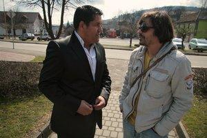 Hlavný hrdina Vlado Sendrei (vľavo) s režisérom Jarom Vojtekom.