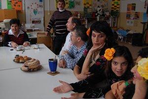 Posedenie v komunitnom centreKlienti komunitného centra sú zároveň tanečníkmi a pracovníkmi verejnoprospešných služieb.