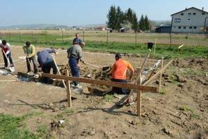 Rómovia pracujú na výkopových prácach pre rodinné domy nižšieho štandardu.