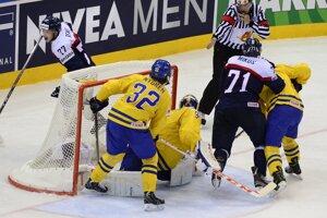V pozadí Martin Reway sa raduje po strelení gólu, druhý sprava Juraj Mikúš, druhý zľava brankár Anders Nilsson, vľavo Magnus Nygren.