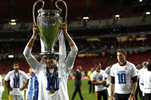 Spokojný Gareth Bale s trofejou pre víťaza Ligy majstrov.