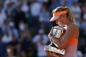 Maria Šarapovová s víťaznou trofejou.
