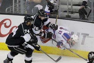 Benoit Pouliot z New Yorku Rangers v súboji s domácim Slavom Vojnovom.