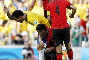 Jeden zo súbojov počas zápasu Brazília - Mexiko.