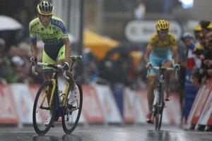 Alberto Contador (vľavo) a Vincenzo Nibali prichádzajú do cieľa.