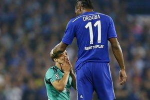 Didier Drogba (vpravo) nastúpil proti Schalke v základnej zostave Chelsea.