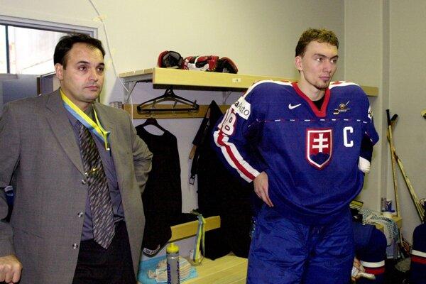 Slovenskí hokejisti získali v Petrohrade striebornú medailu. Na snímke druhý tréner Ernest Bokroš s kapitánom Miroslavom Šatanom v šatni po zápase s Českom.