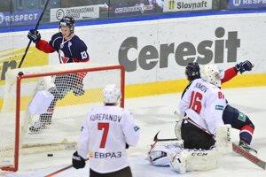 Vľavo v pozadí sa raduje z gólu Žiga Jeglič (Slovan).