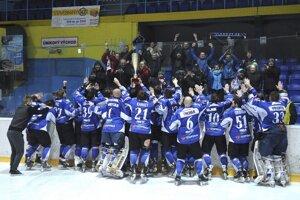 Hokejisti Detvy oslavujú víťazstvo v I. hokejovej lige spolu so svojimi fanúšikmi.