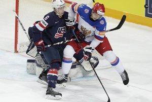 Nikolaj Kuľomin (vpravo) zvádza pred americkou bránou súboj s Mikom Reillym.