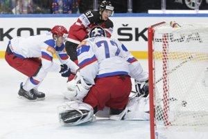 Sidney Crosby (v červenom) sa dostáva do zakončenia pred Sergejom Bobrovským, márne sa ho snaží brániť Dmitri Kulikov.