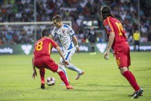 Peter Pekarík sa pokúša presadiť proti dvojici brániacich Macedóncov - Muarem Muarem (s číslom 8) a Leonard Zhuta.