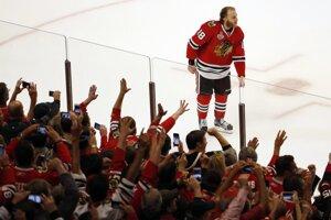 Patrick Kane prechádza popred dav rozvášnených a oslavujúcich fanúšikov.