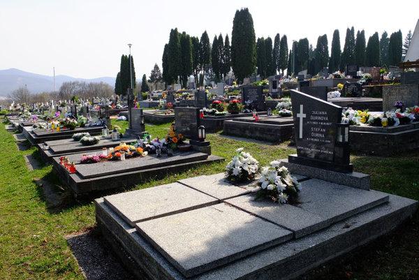 Žiarsky hlavný cintorín susedí s osadou.