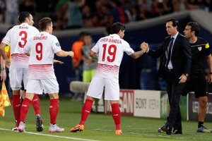 Hráči FC Sevilla sa tešia z úvodného gólu stretnutia, jeho autor Éver Banega (s číslom 19) si podáva ruku s trénerom Unaiom Emerym.