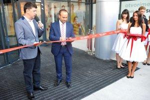 Moderátor Andrej Bičan a riaditeľ centra Norbert Kuklovský slávnostným prestrihnutím pásky otvorili nákupné centrum City Aréna pre verejnosť.