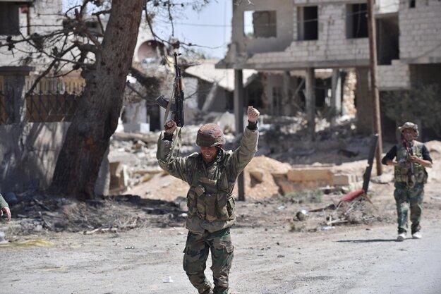 Sýrski vojaci oslavujú vyhnanie IS z mesta Karjatajn.