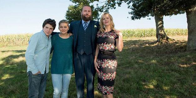 Rodičov Pauly (Louane Emera) hrajú populárni francúzski komici Francois Damiens a Karin Viard.