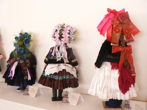 Party na krojovaných bábikách z podzoborského regiónu.
