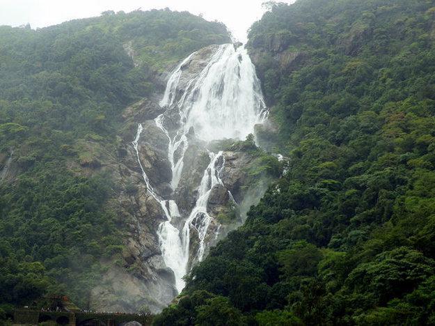 Viacstupňové vodopády Dudhsagar majú na výšku 310 metrov. Ich názov sa odvodzuje zo starej legendy a dá sa preložiť ako More mlieka podľa bielej farby spenenej vody.