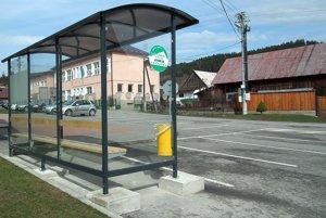 V dedine sa nachádzajú tri autobusové zastávky. Prístrešok už majú všetky.
