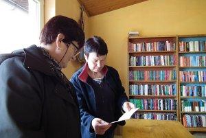 Anna Rončáková (vpravo), vedúca knižnice, so starostkou Teréziou Pacoňovou.