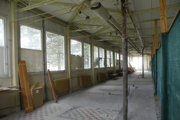 V týchto priestoroch, ktoré sú v súčasnosti za zábranami, budú šatne a sociálne zariadenia.