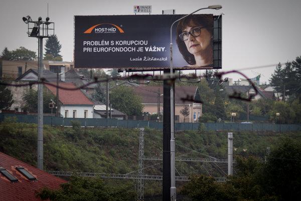 Téma boja proti korupcii sa často opakovala aj v predvolebnej kampani. Hlásali ju najmä Most-Híd a Sieť.