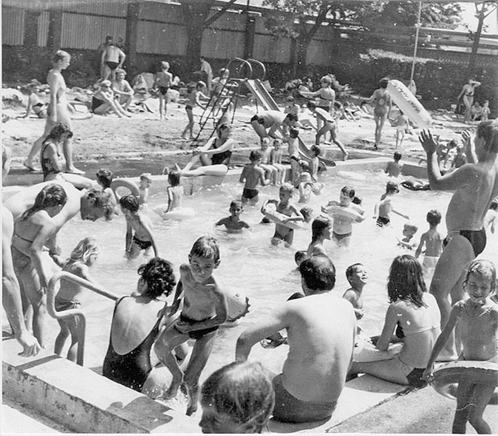 Kúpalisko Červená hviezda v Košiciach. Počas ligových zápasov bolo okolo hlavného plaveckého bazéna vždy plno fanúšikov.