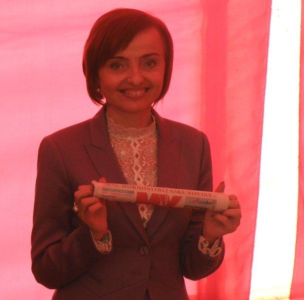 MY Hornonitrianske noviny vložila do základného kameňa závodu Brose primátorka Prievidze Katarína Macháčková.