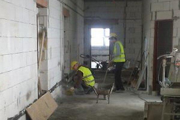 V posledný augustový týždeň dokončil dodávateľ všetky práce hrubej stavby, aby v čo najmenšej miere rušil priebeh vyučovania.