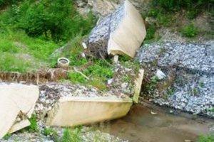V októbri 2010 sa roztrhla v obci protipovodňová hrádza. Tá nevydržala prítoky vody počas povodne.