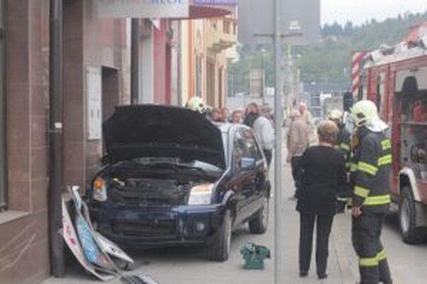 Vodič vyšiel na chodník, chodci stihli včas uskočiť.