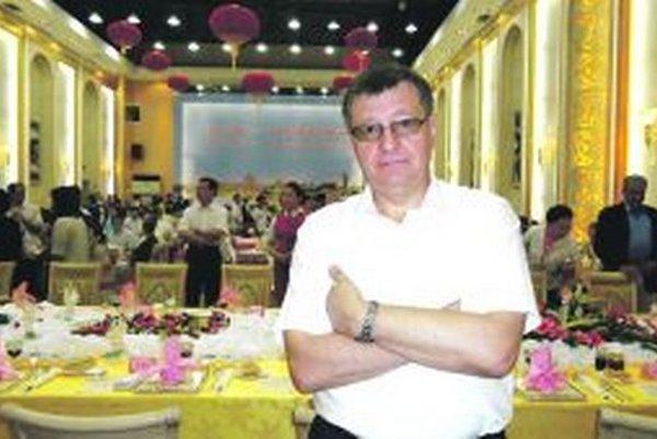 František Dlhopolček  pôsobí v diplomacii viac ako 30 rokov. Precestoval desiatky krajín. Momentálne pôsobí v Číne.