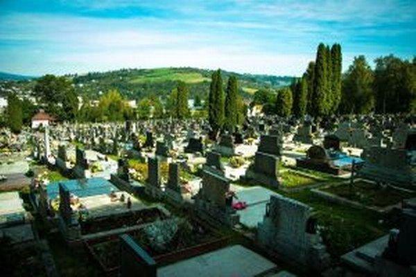 Na centrálnom cintoríne je okolo 6-tisíc hrobových miest. Ani jedno však nie je voľné, pričom možnosť rozšírenia tohto cintorína je nulová.