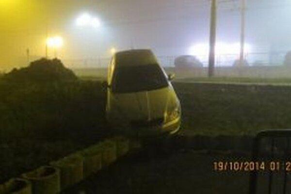 Vyše tri promile alkoholu namerali policajti vodičovi, ktorý v Žiline narazil do betónových zábran.