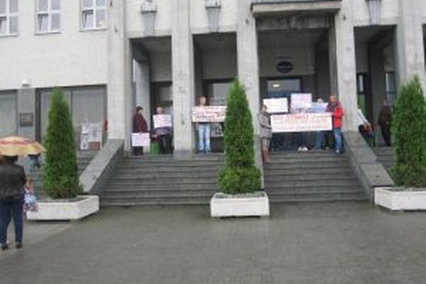 Nespokojní obyvatelia z mestskej časti U Sedláka prišli svoju nespokojnosť vyjadriť pred mestský úrad.