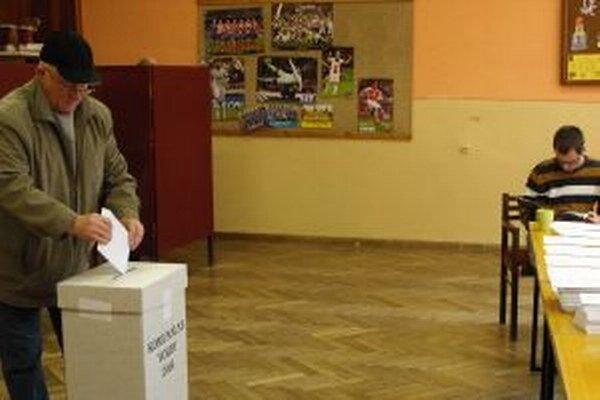 Voliči v Krásne prichádzajú do volebných miestností priebežne.