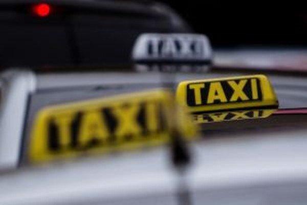 Dvaja mladíci vo veku 19 a 16 rokov prepadli v nočných hodinách v kysuckej obci Staškov taxikára z Oravy.