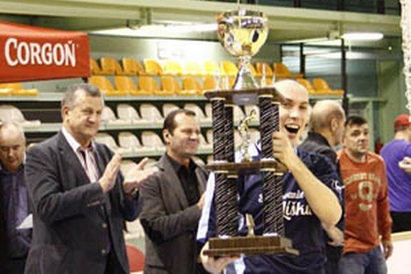 Generálny partner Miroslav Murčo (vľavo)s Ladislavom Gádošim, predsedom ZsFZ, pri odovzdávaní ceny víťaznému tímu najväčšieho turnaja na Slovensku pre rok 2013.