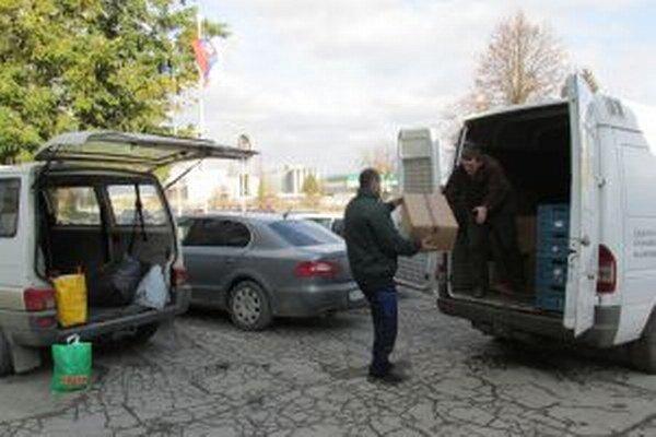 Občianske združenie Dobrý pastier vyzdvihlo na Colnom úrade v Žiline 262 kg oblečenia a 14 kíl potravín.