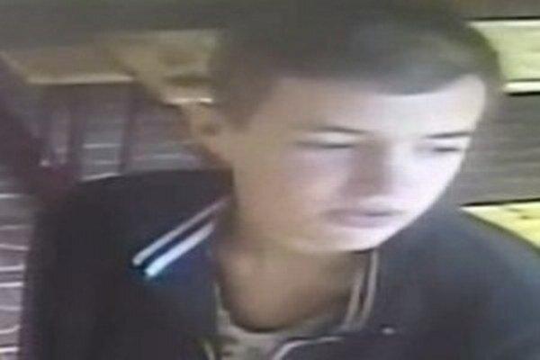 Polícia v Žiline žiada verejnosť o pomoc pri stotožnení mladíka zachyteného na záberoch priemyselnej kamery.