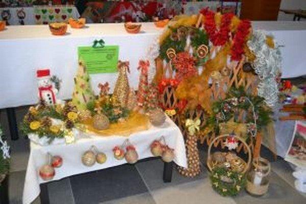 Už deviaty ročník tradičnej vianočnej výstavy pod názvom Vianoce našimi rukami začne dnes v priestoroch foyer Úradu Žilinského samosprávneho kraja.