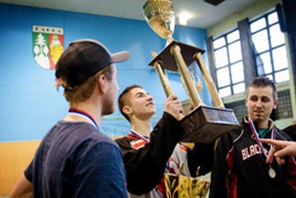 Kto zodvihne pohár Zimnej ligy KHÚ po štvrtýkrát?
