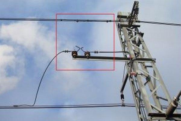 Opálené obchádzacie napájacie vedenie nad rožkovou bleskoistkou po zaúčinkovaní ochrany – zvodiča prepätia.