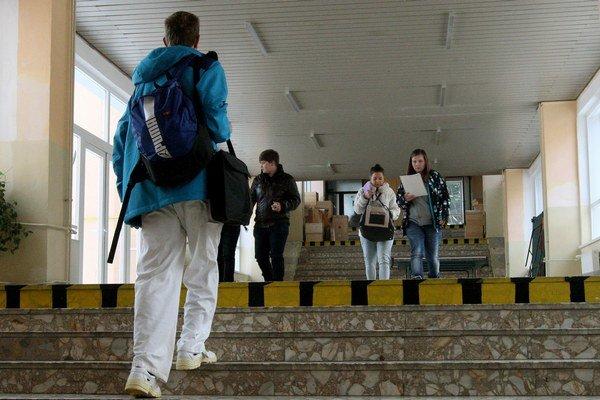 Doma ostalo 550 kysuckých školákov.