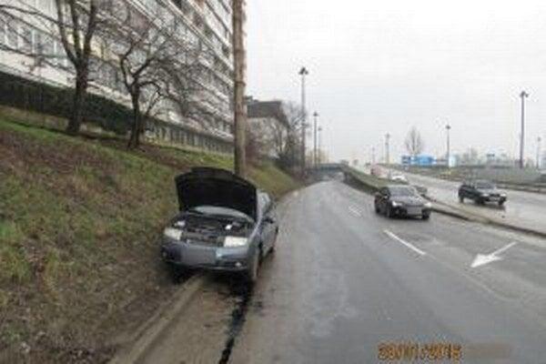 Jazdná súprava sa zrazila so Škodou Fabia.